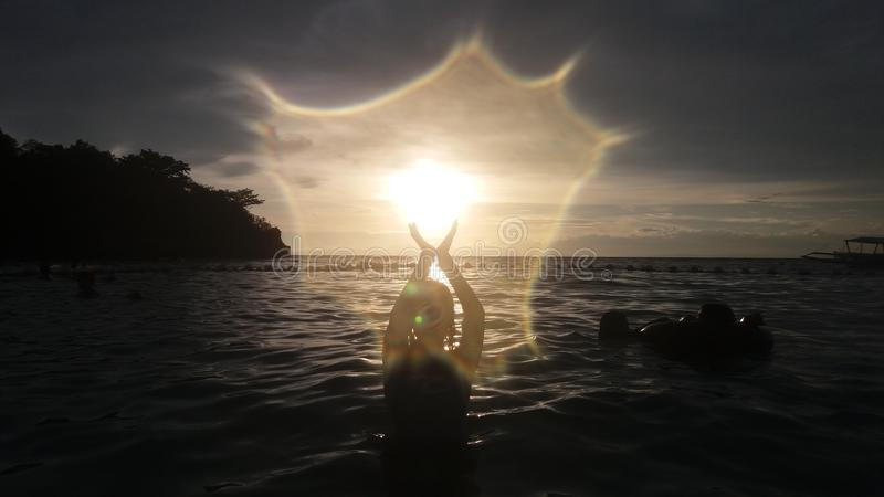 Силуэт в море стоковое фото