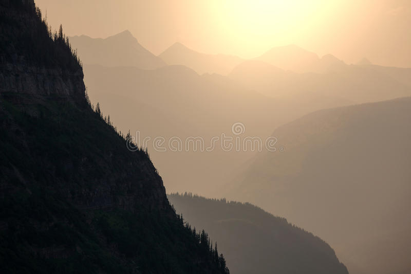 Силуэт горы стоковые изображения