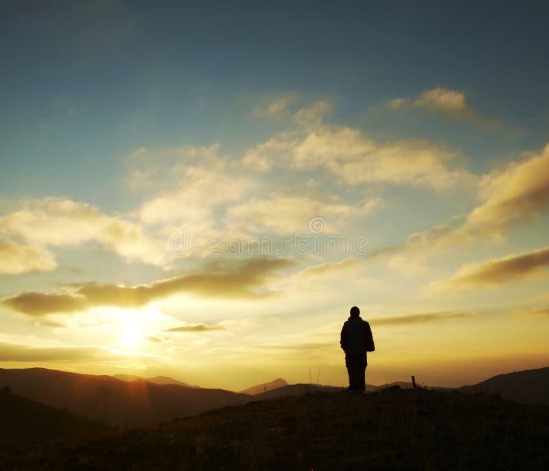 Силуэт девушки на восходе солнца стоковые изображения rf