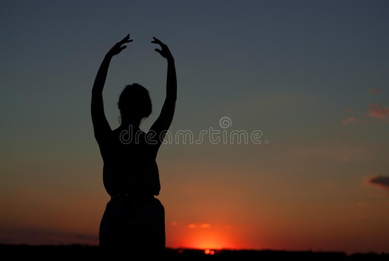 Download Силуэт девушки на заходе солнца Стоковое Изображение - изображение насчитывающей напольно, счастливо: 33733223