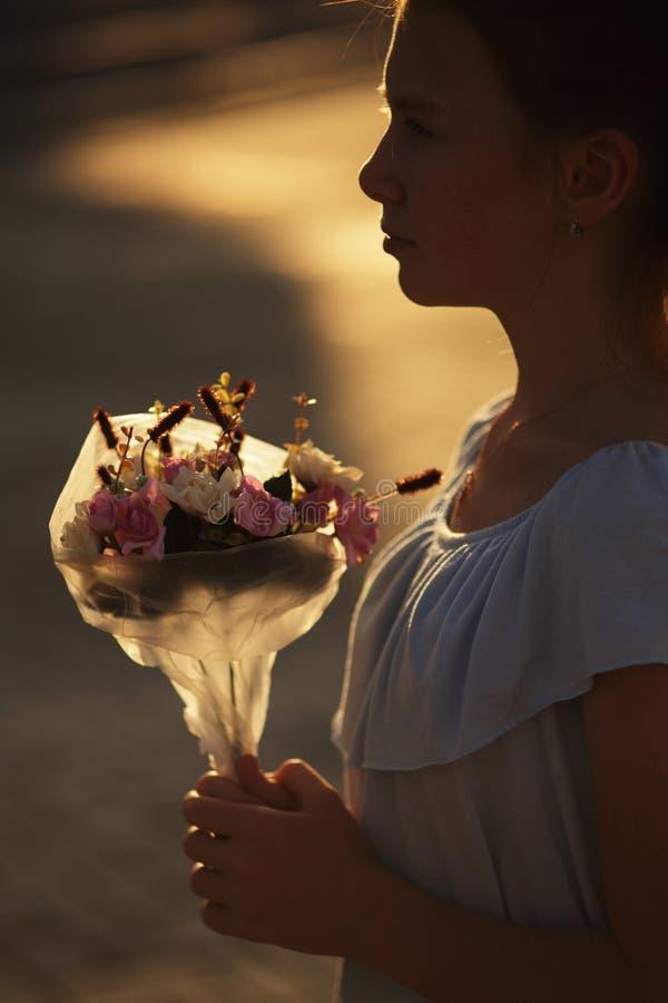 Силуэт девушки с букетом цветков стоковые фото