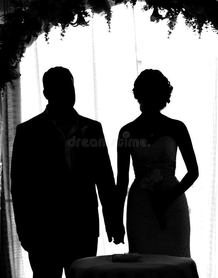 Силуэт жениха и невеста стоковые изображения rf