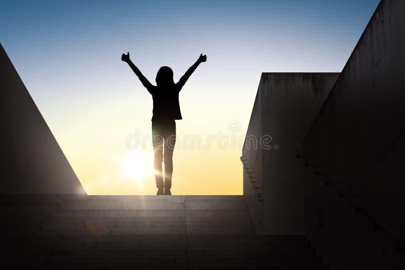 Силуэт женщины или девушки показывая большие пальцы руки вверх стоковая фотография rf