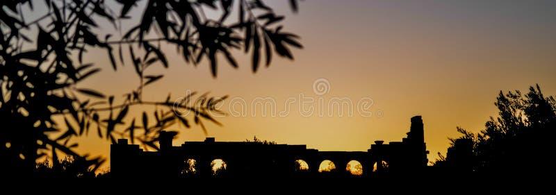 Силуэт захода солнца базилики места Volubilis римский стоковая фотография