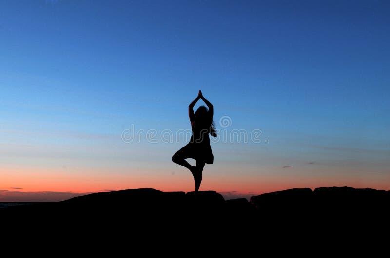 Силуэт захода солнца йоги стоковые изображения rf