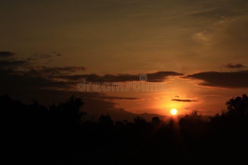Силуэт захода солнца стоковое фото rf