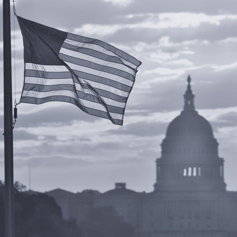 Силуэт здания капитолия Соединенных Штатов на восходе солнца, DC Вашингтона - черно-белом стоковая фотография