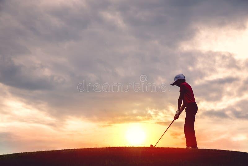 Силуэт игрока в гольф мальчика стоковое изображение