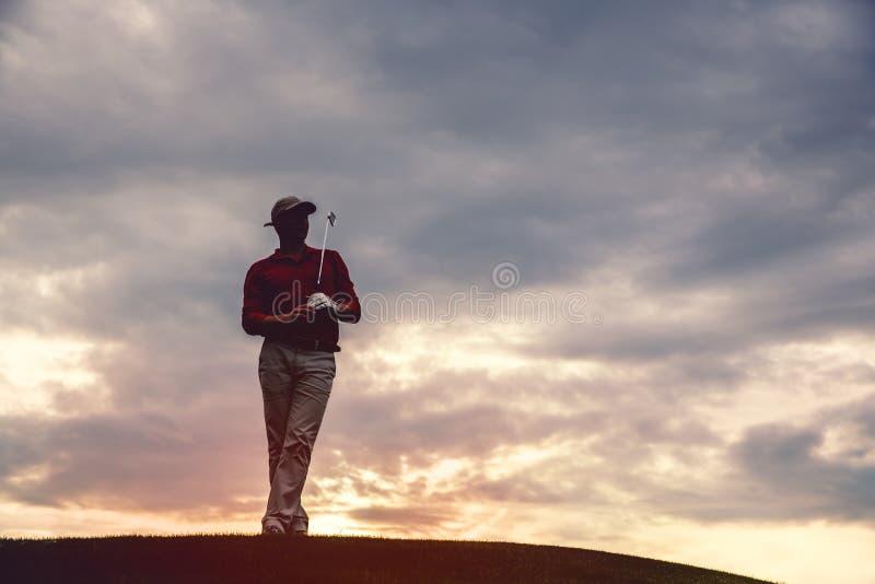 Силуэт игрока в гольф человека стоковые фото