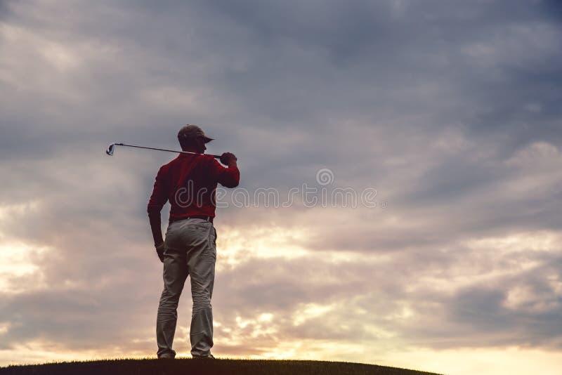 Силуэт игрока в гольф человека стоковая фотография rf