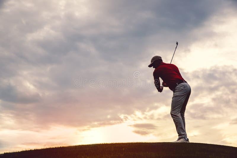 Силуэт игрока в гольф человека стоковые изображения rf