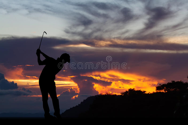 Силуэт игроков в гольф ударил подметать и держит поле для гольфа в s стоковые фото