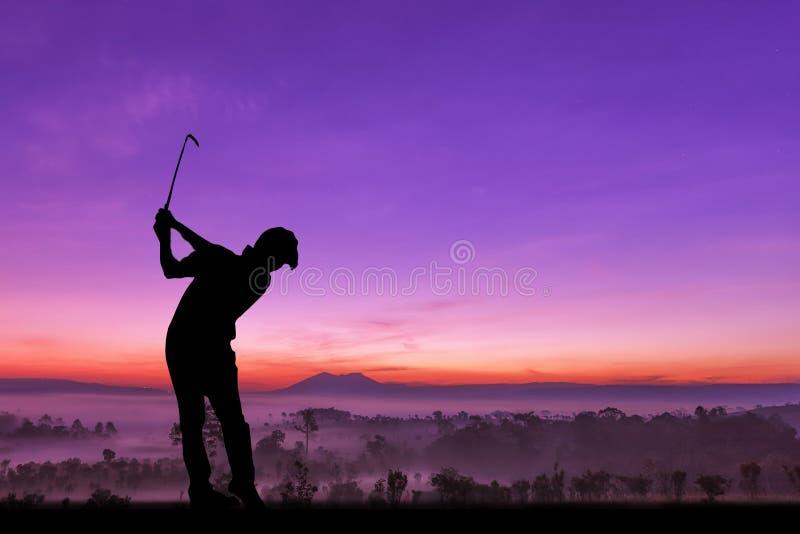 Силуэт игроков в гольф ударил подметать и держит поле для гольфа в s стоковые изображения rf