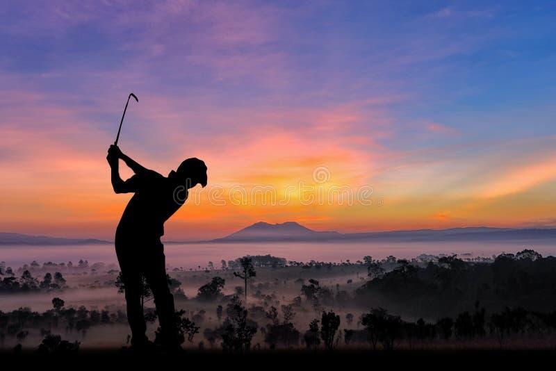 Силуэт игроков в гольф ударил подметать и держит поле для гольфа в s стоковое изображение rf