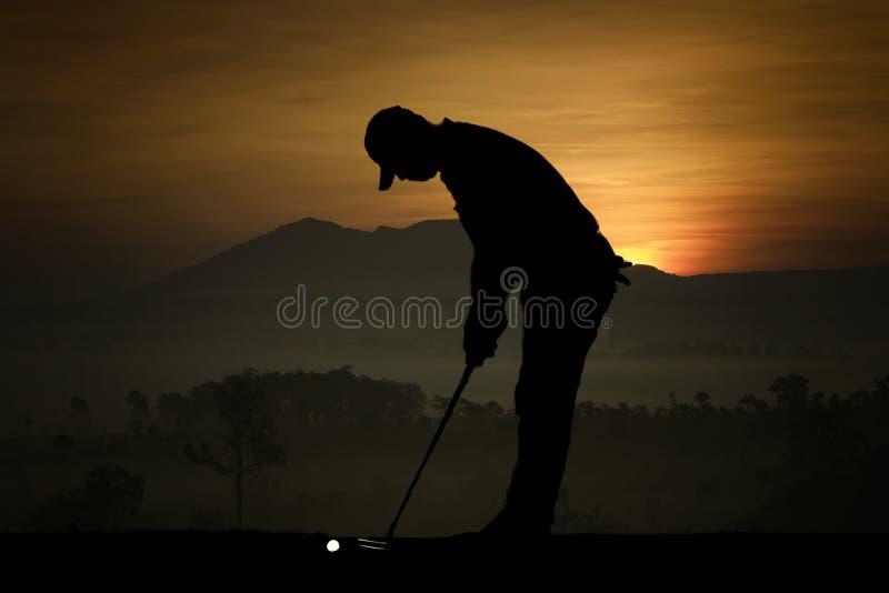 Силуэт игроков в гольф ударил подметать и держит поле для гольфа в s стоковая фотография