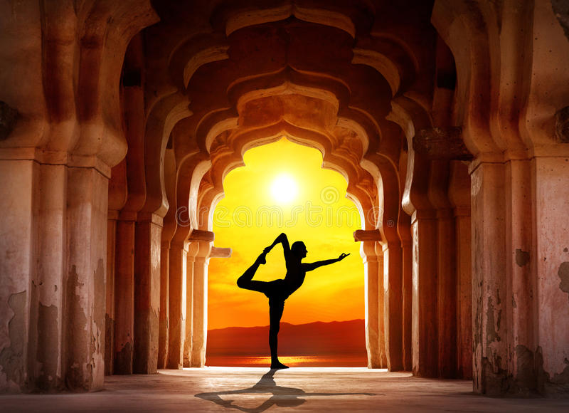 Силуэт йоги в виске стоковое изображение rf