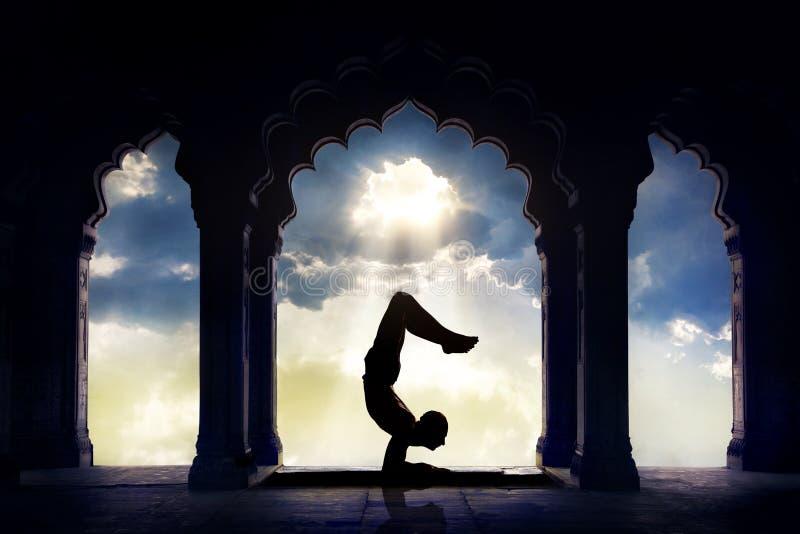 Силуэт йоги в виске стоковая фотография rf