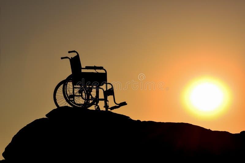 Силуэт кресло-коляскы стоковые изображения rf