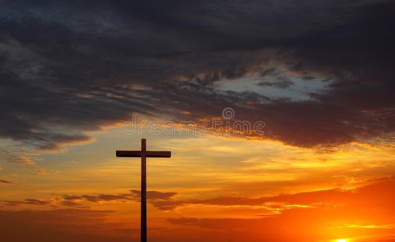 Силуэт Кристиана пересекает сверх красные восход солнца или заход солнца стоковая фотография