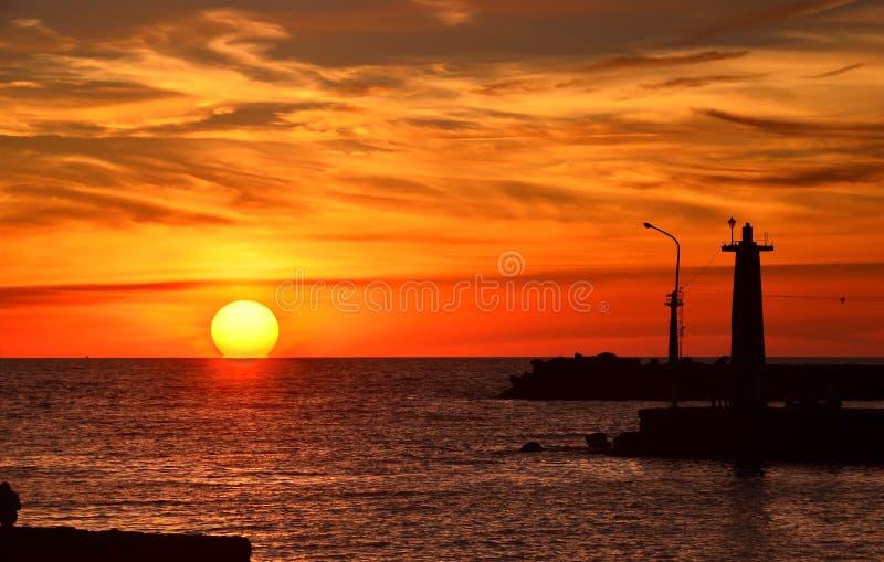 Силуэт маяка на заходе солнца стоковое фото rf