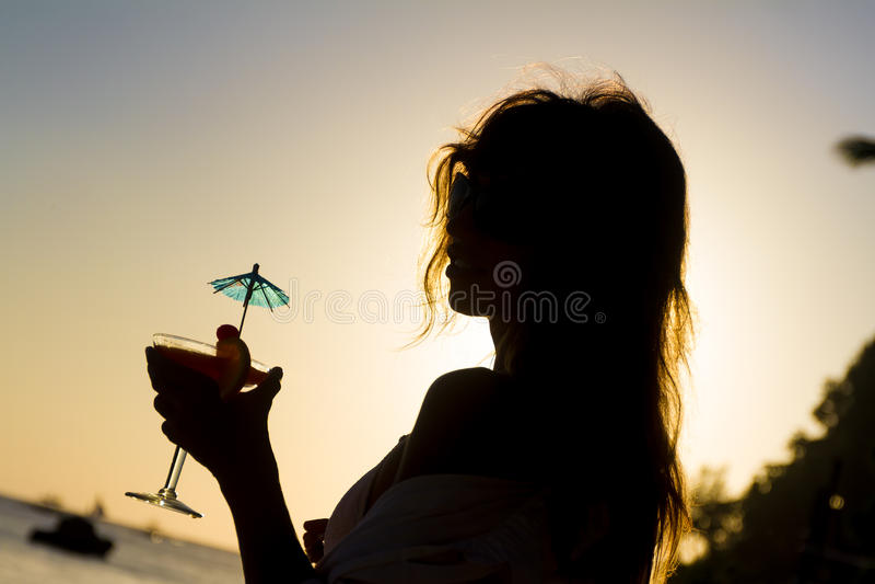 Силуэт молодой женщины наслаждаясь каникулами a пляжа лета стоковая фотография rf