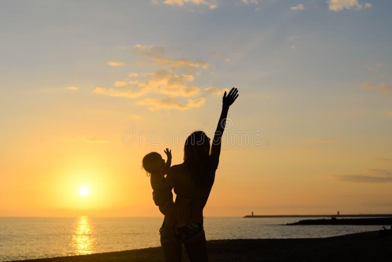 Силуэт молодой exciting женщины с рукой вверх стоковые изображения rf