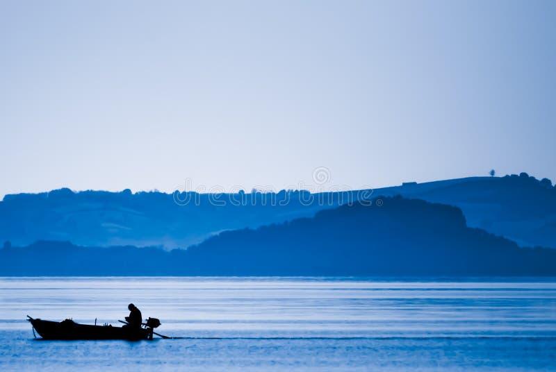 Силуэт на озере стоковое изображение rf