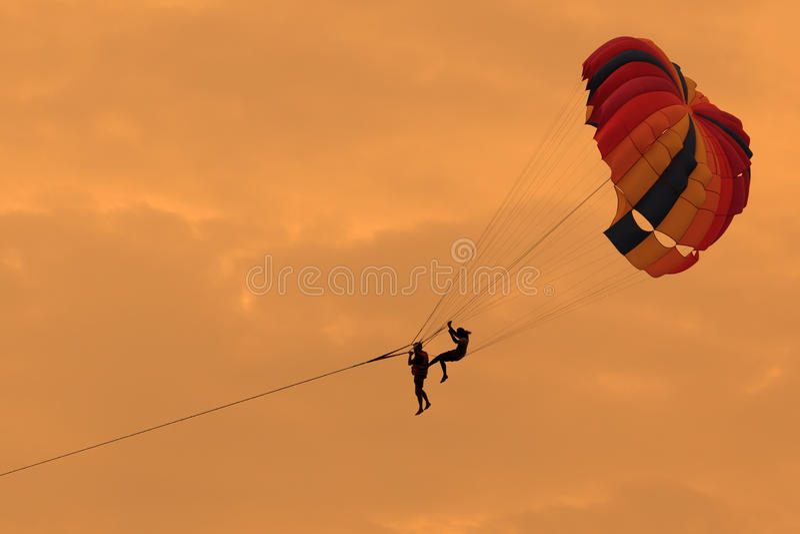 Силуэт парасейлинга в небе стоковая фотография rf