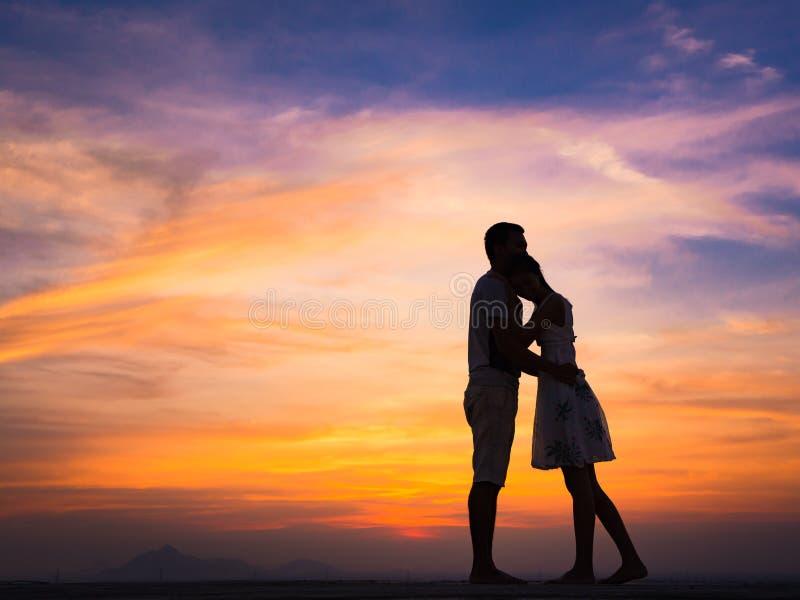 Силуэт пар на заходе солнца стоковые фотографии rf