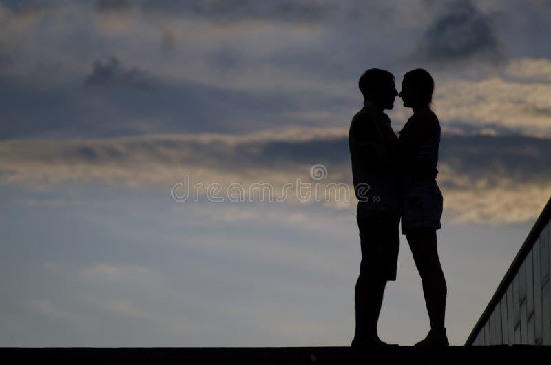 Силуэт пар целуя стоковая фотография