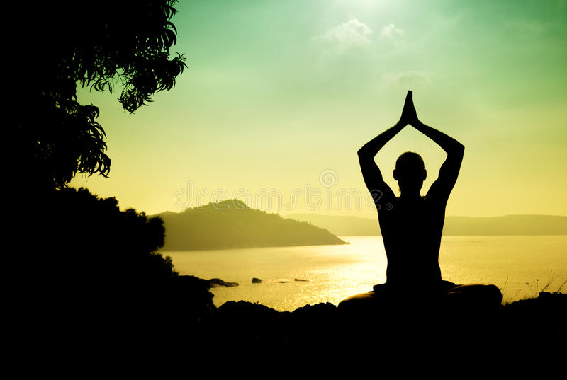 Силуэт раздумья йоги стоковое фото