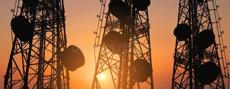 Силуэт, радиосвязь возвышается с антеннами ТВ и спутниковой антенна-тарелкой в заходе солнца, составе панорамы стоковые изображения