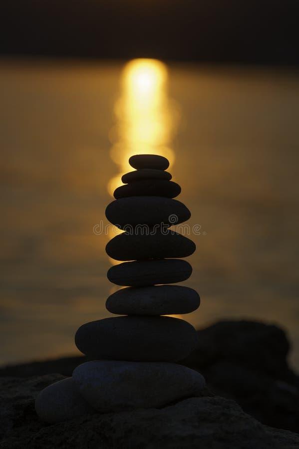 Силуэт сбалансированных камешков стога стоковое изображение