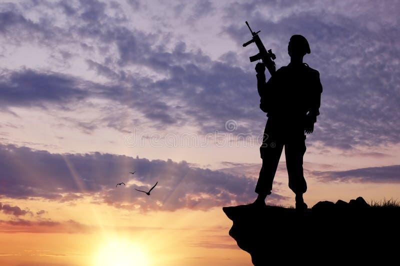 Силуэт солдата с оружием стоковая фотография rf