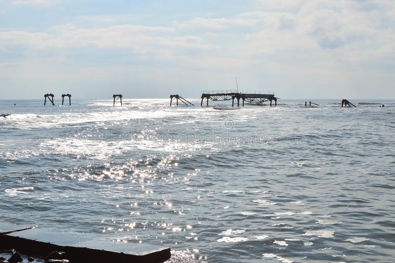 Силуэт старой загубленной буровой вышки в море стоковое фото rf