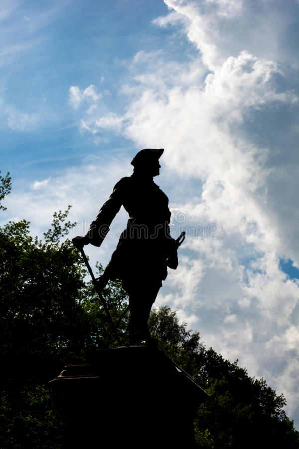 Силуэт статуи Питера 1 в саде Peterhof более низком, St стоковое изображение