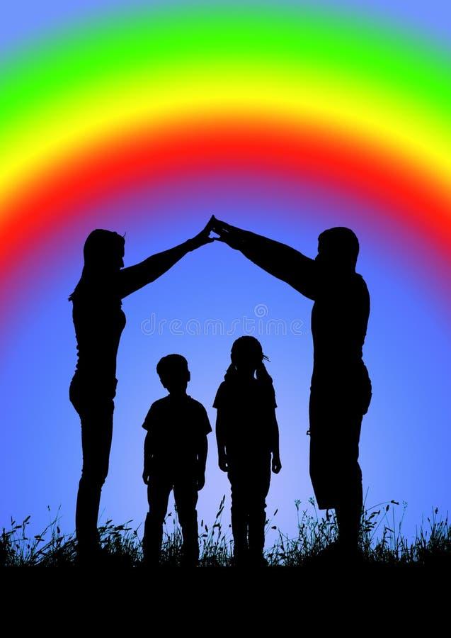 Силуэт счастливой семьи делая домашний знак на backgroun радуги стоковые фото