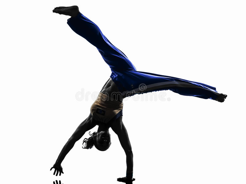 Силуэт танцев танцора capoeira женщины стоковая фотография