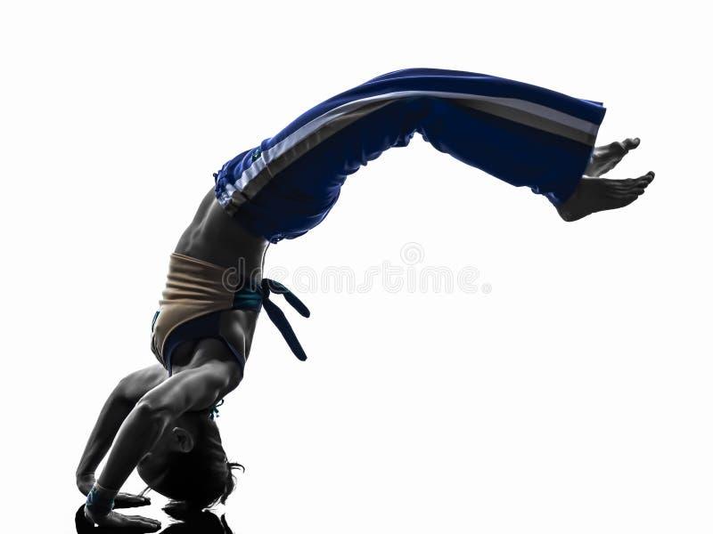 Силуэт танцев танцора capoeira женщины стоковые фотографии rf