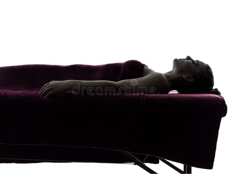 Силуэт терапией массажа женщины стоковые фото