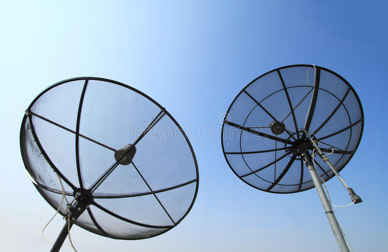 Силуэт черных спутниковых dishs стоковая фотография