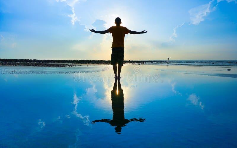 Download Силуэт человека йоги стоковое фото. изображение насчитывающей бобра - 40585530
