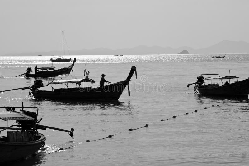 Силуэт шлюпки длинного хвоста в пляже Таиланде Railay стоковое изображение