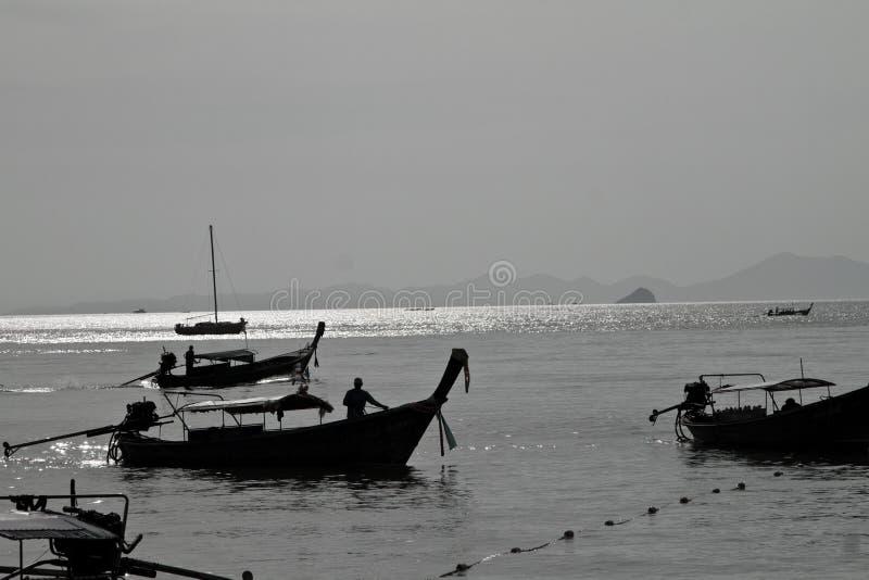 Силуэт шлюпки длинного хвоста в пляже Таиланде Railay стоковое фото rf