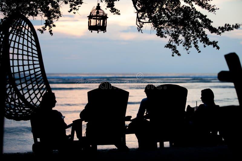 Силуэт людей на предпосылке захода солнца бара стоковые фотографии rf