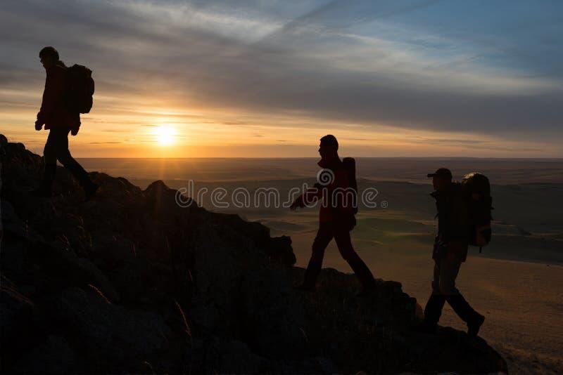 Силуэт Hikers стоковое изображение