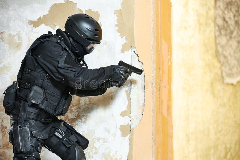 Силы специального назначения подготовленные с пистолетом готовым для того чтобы атаковать стоковые фото