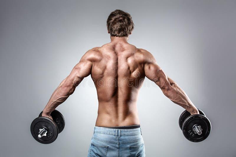 Сильная атлетическая модель фитнеса человека стоковое фото rf