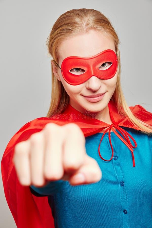 Сильная женщина одетая как супергерой для масленицы стоковое фото rf