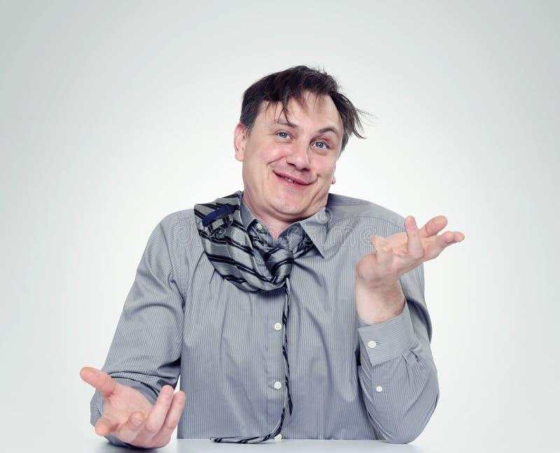 Сильно пьяный человек в рубашке и связи стоковые фотографии rf